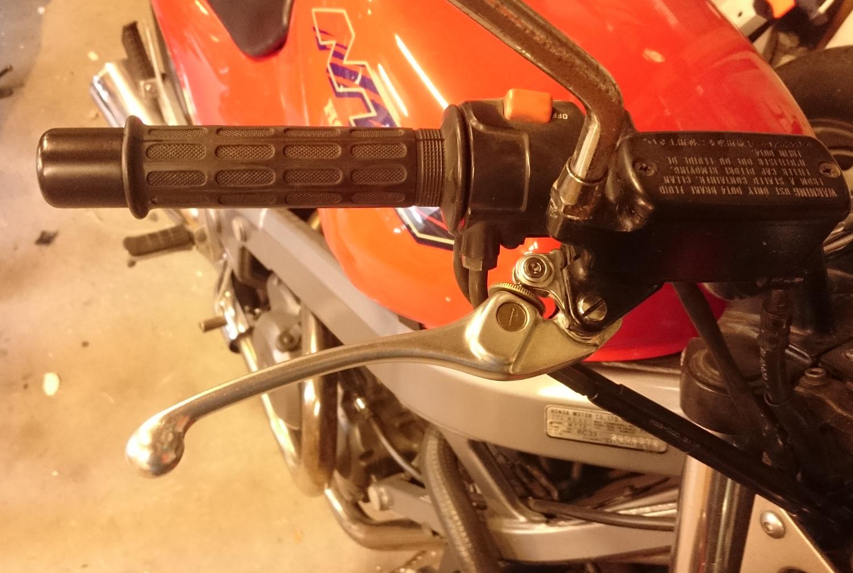 http://images.gerrelt.nl/motor/Honda_NTV_650/hendel/04_brake_handle_adjustable.jpg